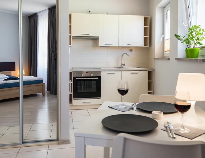 Apartament Jednopokojowy, pokój hotelowy, stół, szafa, kuchnia