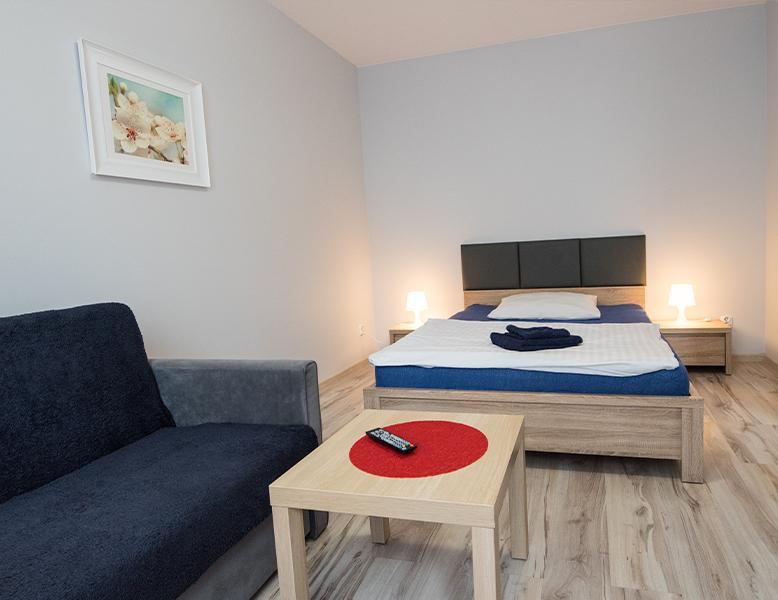 Apartament, pokój hotelowy, stolik, łóżko, wersalka